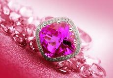 各种各样的红宝石首饰和宝石 图库摄影