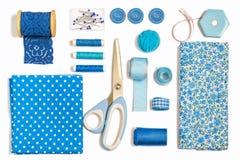 各种各样的缝合的辅助部件和工具蓝色树荫 库存图片