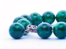 各种各样的翻滚的绿色玉矿物石头在白色背景和翡翠汇集玉隔绝的软玉 免版税图库摄影
