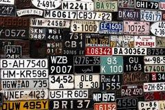 各种各样的老汽车许可证世界各地镀在冥想 图库摄影