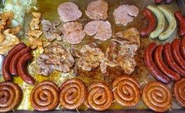 各种各样的肉盘在圣诞节市场上 免版税图库摄影