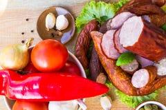 各种各样的肉菜木桌 图库摄影