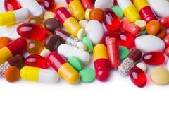 各种各样的胶囊、在白色隔绝的片剂和药片 免版税库存照片