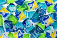 各种各样的胶囊背景与洗涤剂和洗碗机肥皂的 免版税库存图片