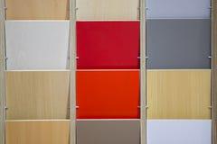 各种各样的色板显示木地板顶面样品  方形的墙壁瓦片多色大厦陈列室  库存图片