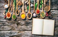 各种各样的草本和香料烹调的在老木板 免版税库存照片