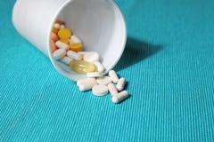各种各样的药片和片剂 免版税库存照片