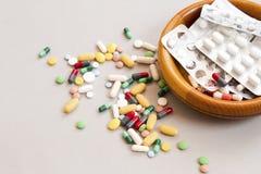 各种各样的药物、片剂和针,背景 免版税库存图片