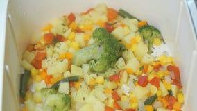 各种各样的菜在双层蒸锅被烹调 影视素材