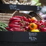 各种各样的菜待售在自治市镇市场上 免版税库存照片