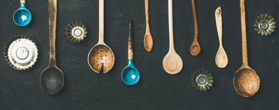 各种各样的葡萄酒厨房匙子和听型烤模模子,顶视图 库存图片
