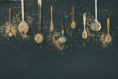 各种各样的葡萄酒厨房匙子和绿色荞麦五谷 免版税库存图片