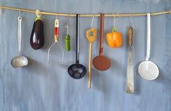 各种各样的葡萄酒厨房器物和菜在土气墙壁上 库存图片