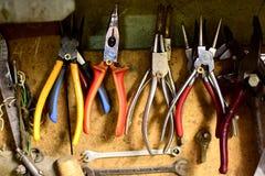 各种各样的葡萄酒用工具加工车间 库存照片