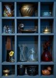 各种各样的葡萄酒项目:杯子,花瓶,花,陶瓷,玻璃,响铃, 免版税库存图片