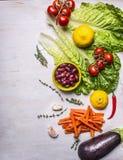 各种各样的蔬菜和水果,垂直被计划,烹调的素食食物,边界,文本的地方成份木铁锈的 图库摄影