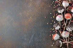 各种各样的蛋糕流行音乐装饰用白色巧克力 库存照片