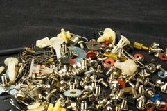 各种各样的螺丝、螺栓、洗衣机、坚果和其他计算机小紧固件 免版税库存照片
