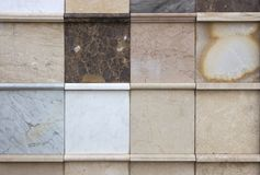 各种各样的装饰瓦片和自然石样品 免版税库存照片