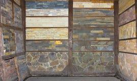 各种各样的装饰瓦片和自然石样品 图库摄影