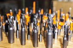 各种各样的诱饵连续排队了木材加工的钻子 免版税库存照片