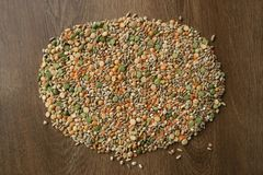 各种各样的谷物大麦米,燕麦,黑麦,豌豆,在木背景的扁豆堆 库存照片