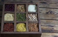 各种各样的谷物扁豆,豌豆,米,奎奴亚藜,荞麦 免版税图库摄影
