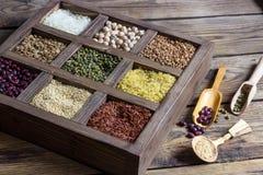 各种各样的谷物扁豆,豌豆,米,奎奴亚藜,荞麦 库存图片