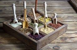 各种各样的谷物扁豆,豌豆,米,奎奴亚藜,荞麦 图库摄影
