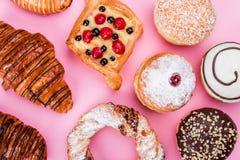 各种各样的酥皮点心结块,油炸圈饼,椒盐脆饼,桃红色,甜点 图库摄影