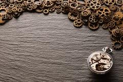 各种各样的金属钝齿轮和钟表机构 图库摄影