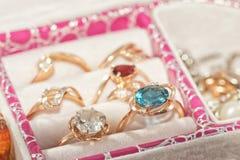 各种各样的金戒指和耳环有宝石和珍珠的 库存照片