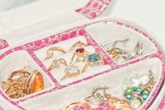 各种各样的金戒指和耳环有宝石和珍珠的 免版税库存照片
