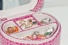 各种各样的金戒指和耳环有宝石和珍珠的 图库摄影