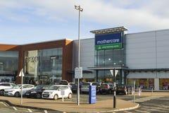 各种各样的零售店朝向在普遍的布龙菲尔德购物中心在曼格唐郡 免版税库存图片