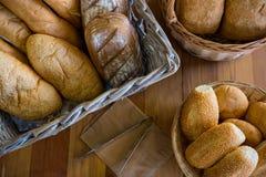 各种各样的面包特写镜头在显示柜台的 免版税库存图片
