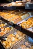 各种各样的面包特写镜头在显示柜台的 免版税库存照片