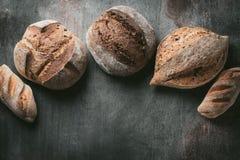 各种各样的面包选择平位置 在灰色背景的Multigrain土气面包 顶视图,拷贝空间 水平的构成 图库摄影
