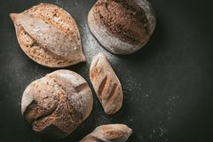 各种各样的面包选择平位置 在灰色背景的Multigrain土气面包 顶视图,拷贝空间 水平的构成 库存图片