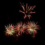 各种各样的颜色五颜六色的烟花在夜空的 库存图片