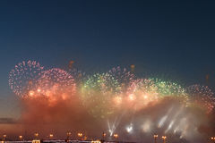 各种各样的颜色五颜六色的烟花在夜空的 免版税库存图片