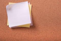 各种各样的颜色关于黄柏背景的几稠粘的岗位笔记 免版税库存图片