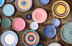 各种各样的颜色板材和碗 免版税库存图片
