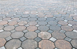 各种各样的颜色难看的东西砖石头透视图在地面上的街道路的 边路,车道,摊铺机,路面在Vintag 免版税库存图片