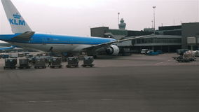 各种各样的飞机在阿姆斯特丹斯希普霍尔机场 股票录像