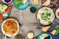 从各种各样的食物、鸡胸脯、意大利面团和appet的框架 免版税库存图片
