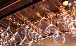 各种各样的饮料的玻璃在酒吧 图库摄影