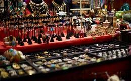 各种各样的首饰在工艺市场上 库存图片