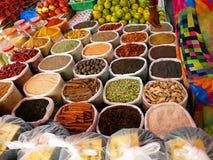 各种各样的香料在亚洲市场上 库存图片