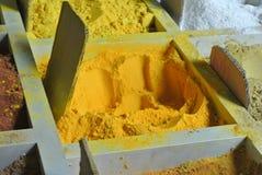 各种各样的香料在印地安市场上在古晋 库存图片